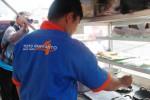 Caleg Partai Nasdem Wonogiri, Toto Haryanto membuat serabi untuk dibagikan kepada warga saat berkampanye di pinggir Jl. Sudirman depan Pasar Wonogiri, Rabu (26/3/2014). (Trianto Hery Suryono/JIBI/Solopos)