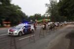 Sebuah mobil polisi melintas di Jl. Adisucipto depan Stadion Manahan yang terpasang pagar pembatas untuk arena drag bike, Solo, Jumat (28/2). Event yang sedianya diselenggarakan pada Jumat (28/2/2014) dan Sabtu (1/3/2014) tersebut tidak mengantongi izin Pemerintah Kota Solo. (JIBI/Solopos/Ardiansyah Indra Kumala)