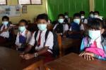 FOTO DAMPAK KELUD MELETUS : Sekolah Pakai Masker