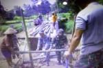 Anggota Koramil 15/Andong bersama warga membangun jembatan darurat penghubung Desa Pakel dan Desa Mojo, Andong, Senin (31/3). Jembatan tersebut putus akibat hujan deras Sabtu (29/3/2014) malam. (istimewa/JIBI/Solopos)