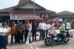 Wakapolres Sukoharjo, Kompol Anton Perda Eko Harmanto (pegang bendera) mengibarkan bendera sebagai tanda dimulainya konvoi bersama keendaraan 12 parpol, Sabtu (15/3/2014) siang.(JIBI/Solopos/Kurniawan)