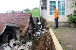 LONGSOR KARANGANYAR : Talut Vila Longsor, Satu Rumah Rusak Berat