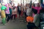 Sejumlah perempuan pedagang Pasar Ir. Soekarno, Sukoharjo, berkumpul di salah satu sudut pasar darurat sembari mengawasi tindak tanduk pegawai Kesbanglinmas dan Satpol PP Sukoharjo, Kamis (6/3/2014) siang. Mereka kompak tidak mengikuti sosialisasi LHP BPK di GSP Setda Sukoharjo. (Kurniawan/JIBI/Solopos)