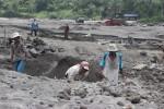 Sejumlah penambang mencari pasir di sekitar Dam Kendalsari, Senin (10/3/2014) pagi. Semburan abu vulkanis setinggi 1.500 meter kemarin sempat mengakibatkan kepanikan warga dan penambang. (Shoqib A/JIBI/Solopos)