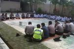Pelajar yang terlibat tawuran didamaikan dengan pengajian di Mapolsek Tempel, Kamis (6/3/2014). (Sunartono/JIBI/Harian Jogja)