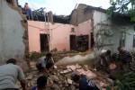 Warga bergotong royong menyingkirkan puing-puing atap rumah milik Sri Rahayu Walidi di Kembangan, Ngasem, Colomadu, Karanganyar (Rabu (2/4) yang hancur setelah tertimpa pohon. Pohon tumbang yang menghancurkan atap rumah tersebut akibat hujan disertai angin kencang pada Selasa (1/4/2014) malam. (Dok/JIBI/Solopos)