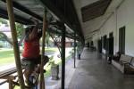 FOTO PURA MANGKUNEGARAN : Memperbaiki langit-langit Pura Mangkunegara