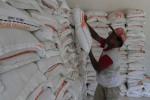 Pembagian beras untuk rakyat miskin (raskin) merupakan salah satu upaya menanggulangi kemiskinan. (Dok/JIBI/Solopos)