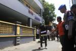 Tersangka pembunuhan pekerja seks komersial (PSK) AP memperagakan aksi meninggalkan tempat kejadian saat gelar rekonstruksi di depan Hotel Arjuna, Kestalan, Banjarsari Solo, Rabu (23/4). Pembunuhan terjadi di kamar mandi kamar nomor 17 di lantai II hotel tersebut pada Selasa (1/4/2014) lalu.  (JIBI/Solopos/Septian Ade Mahendra)