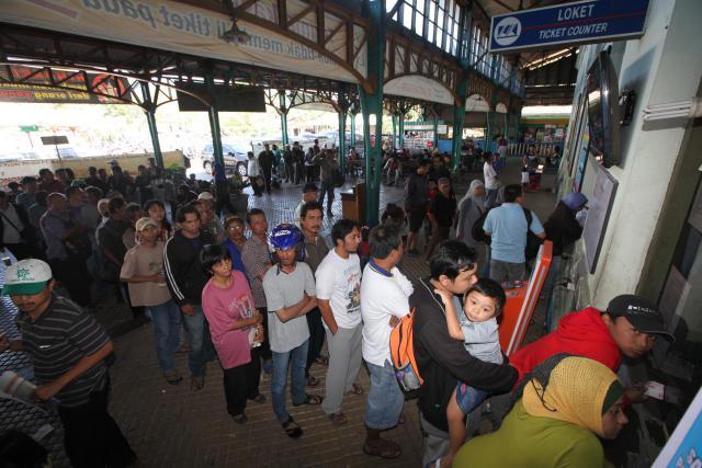 Sejumlah calon penumpang antre membeli tiket kereta api kelas ekonomi di Stasiun Purwosari, Solo, Minggu (1/7) untuk perjalanan mudik dan balik Lebaran tahun 2012. PT Kereta Api menerapkan aturan baru yang memungkinkan masyarakat membeli tiket KA ekonomi pada H-90 keberangkatan per Minggu (1/7/2012). (Dok/JIBI/Solopos)