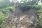 Warga Desa Sendang, Kecamatan Wonogiri membongkar pohon dan batu yang membahayakan di perbukitan untuk diturunkan, Minggu (6/4/2014). (Trianto HS/JIBI/Solopos)