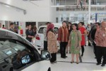 Wakil Bupati Klaten Sri Hartini (tengah) meninjau bagian servis mobil saat pembukaan Outlet Daihatsu di Kabupaten Klaten, Jawa Tengah, Rabu (16/4/2014). (Ayu Abriyani K.P./JIBI/Solopos)