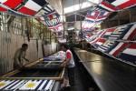 Pekerja sedang melakukan proses produksi pembuatan sleyer segi empat dengan gambar bendera negara-negara peserta Piala Dunia 2014 di Desa Gadingan, Mojolaban, Sukoharjo, Jawa Tengah, Sabtu (26/4/2014). Sleyer yang diperkirakan bakal laku keras menjelang pelaksanaan Piala Dunia 2014 di Brasil tersebut akan dikirim ke Bali dan Jakarta dengan harga Rp10.000/lembar. (Sunaryo Haryo Bayu/JIBI/Solopos)