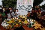 Warga berdoa bersama saat digelar Kenduri Cinta Pemilu Damai arena Car Free Day (CFD) Kota Solo di sepanjang Jl Slamet Riyadi, Solo, Minggu (6/4/2014). Acara tersebut digelar untuk mendoakan kelancaran penyelenggaraan pemungutan suara Pemilu 2014 sehingga berlangsung semarak, aman, dan lancar. (Ardiansyah Indra Kumala/JIBI/Solopos)