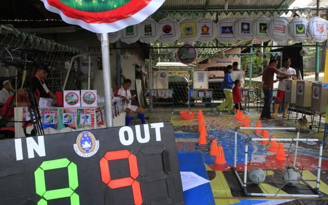 Pemilih memasukkan surat suara setelah memberikan hak pilih mereka di Tempat Pemungutan Suara (TPS) 86 Dukuhan, Nayu, Solo, Jawa Tengah, Rabu (9/4/2014). Beragam pernak-pernik sepak bola menghiasi TPS tersebut untuk menarik kedatangan calon pemilih. Warga setempat mendesain TPS itu secara unik sesuai semangat Piala Dunia mengingat event olahraga itu kini juga tengah jadi buah pembicaraan publik. (Septian Ade Mahendra/JIBI/Solopos)