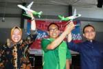 CEO PT Citilink Arif Wibowo bersama Wali Kota Surabaya Tri Rismaharini (kiri) dan Bupati Banyuwangi Abdullah Azwar Anas (kanan) memegang miniatur pesawat Citilink seusai berdiskusi dengan 1.000 mahasiswa Institut Sepuluh November (ITS) Surabaya, Sabtu (2/4/2014). Acara yang digelar BEM ITS itu mengambil tema Public Figure on Talk (PIFOT) 2014 yang merupakan even tahunan mahasiswa untuk menyebarkan inspirasi dan optimisme kepada para mahasiswa. (JIBI/Solopos/Antara/Benny S. Butarbutar)