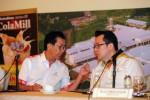 Direktur Utama PT Industri Jamu dan Farmasi Sido Muncul Tbk. Irwan Hidayat (kiri) berbincang dengan Direktur Revi Firmansjah di sela-sela public expose di Jakarta, Jumat (25/4/2014). PT Industri Jamu dan Farmasi Sido Muncul Tbk. membagikan dividen senilai Rp405 miliar atau pay out ratio 99,5% dari total laba bersih tahun buku 2013 senilai Rp405,9 miliar. (Alby Albahi/JIBI/Bisnis)