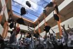 Siswa Kelas XII SMA Muhammadiyah 2 Solo meluapkan kegembiraan dengan melemparkan tas ke udara setelah selesai menempuh Ujian Nasional (UN), Rabu (16/4/2014). UN tingkat SMA dan sekolah sederajat di Kota Solo diikuti 14.012 siswa. (Burhan Aris Nugraha/JIBI/Solopos)