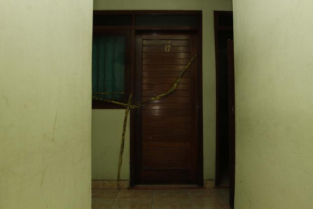 Garis polisi terpasang di pintu kamar nomor 17 lantai II Hotel Arjuna ...