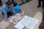 Liu Xiaoying yang berusaha menjual cucunya di jalan demi mendapatkan uang untuk biaya pengobatan sang anak (dailymail.co.uk)