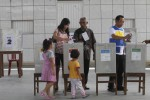 Warga memasukkan surat suara saat pencoblosan di TPS 01 Kepatihan Kulon, Jebres, Solo, Rabu (9/4/2014). Pemilihan umum legislatif DPR, DPRD tingkat 1, DPRD tingkat 2, dan DPD tersebut digelar serentak di seluruh Indonesia. (Ardhiansyah IK/JIBI/Solopos)
