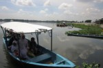 Pengunjung menggunakan perahu motor menuju keramba ikan di Waduk Cengklik, Kelurahan Ngargorejo, Kecamatan Ngemplak, Boyolali, Jumat (25/4). Perahu motor jenis fiber merupakan satu-satunya daya tarik dari Tempat Wisata Waduk Cengklik. (Ibda Fikri A/JIBI/Solopos)