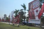 Sejumlah pekerja memasang gambar di Alun Alun Satya Negara Sukoharjo, Jumat (4/4/2014). (Iskandar/JIBI/Solopos)