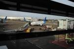 Pesawat dari maskapai penerbangan Garuda Indonesia tengah menurunkan penumpang di Bandara Soekarno-Hatta, Cengkareng, Tangerang, Banten, Selasa (8/4/2014). Sejalan dengan kebijakan pengelola bandara PT Angkasa Pura I (Persero) terkait penyesuaian tarif Pelayanan Jasa Penumpang Pesawat Udara (PJP2U), PT Garuda Indonesia (Persero) Tbk. melakukan penyesuaian tarif baru passengger service charge (PSC) di lima bandara kawasan timur Indonesia. (Alby Albahi/JIBI/Bisnis)