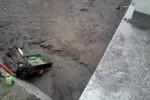 Mobil pikap yang dikemudikan Giatno, 19, warga Dukuh Belang, Desa Tlogolele, Kecamatan Selo, Boyolali, Senin (21/4/2014), ringsek setelah menghunjam ke dasar Kali Apu yang tertutupi pasir dari Gunung Merapi. (JIBI/Solopos/Istimewa)