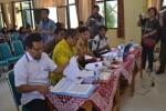 Saksi Partai Golkar, Sidik (tengah, berbaju kuning) memprotes hasil rekapitulasi perolehan suara di tingkat panitia pemilihan suara (PPS), Minggu (20/4/2014). (Bony Eko Wicaksono/JIBI/Solopos).