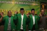 Wakil Ketua Umum Partai Persatuan Pembangunan (PPP) Emron Pangkapi (kedua kiri), Ketua Dewan Pimpinan Pusat Partai Persatuan Pembangunan (PPP) Rusli Effendy (kiri), dan Sekjen Partai Persatuan Pembangunan (PPP) Romahurmuziy (kedua kanan), serta Ketua DPP Partai Persatuan Pembangunan Aunur Rofiq bergandengan tangan bersama seusai memberikan keterangan kepada wartawan menjelang Rapimnas PPP, di Kantor DPP PPP, Jakarta, Sabtu (19/4/2014). (JIBI/Solopos/Antara/Reno Esnir)