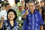 Presiden Susilo Bambang Yudhoyono (kanan) dan Ibu Negara Ani Yudhoyono (kiri) menunjukkan jari yang sudah dicelup tinta seusai melakukan pencoblosan di TPS 06 Desa Nagrak, Kecamatan Gunung Putri, Kabupaten Bogor, Jabar, Rabu (9/4/2014). (JIBI/Solopos/Antara/Andika Wahyu)