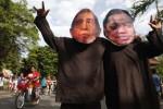 Aktivis melakukan aksi dengan mengenakan topeng mantan Dirjen Pajak, Hadi Poernomo (kiri) dan terpidana kasus mafia pajak, Gayus Tambunan (kanan) di car free day (CFD) Jl. Slamet Riyadi, Solo, Minggu (27/4/2014). Aksi tersebut untuk mendukung pemberantasan korupsi di Indonesia. (JIBI/Solopos/Ardiansyah Indra Kumala)