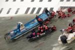 Tim penyelamat mengevakuasi penumpang kapal sewol (www.ctvnews.ca)