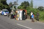Sejumlah orang berusaha untuk mengevakuasi truk Isuzu berplat nomor AD 1832 DD yang terguling di ruas Jalan Jogja-Solo, Desa/ Kecamatan Delanggu, Kamis (24/4/2014) pagi. (Shoqib Angriawan/JIBI/Solopos)