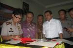 Kapolres Wonogiri, AKBP Tanti Septiyani (kiri) menandatangani Naskah MoU Gakkumdu Pemilu 2014 antara Polres, Panwaslu, KPU, Kejari serta MoU Perbantuan Pengamanan dengan Kodim 0728/Wonogiri di Aula Mapolres Wonogiri, Jumat (4/4/2014).(JIBI/Solopos/Trianto Hery Suryono)