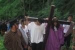 Pemeran Yesus, Martinus Agung Dwi Purnomo (dua kanan, jubah ungu) memanggul salib dalam perjalanan menuju Bukit Golgota pada prosesi jalan salib di Gunung Gandul, Wonogiri, Jumat (18/4/2014). (JIBI/Solopos/Trianto Hery Suryono)