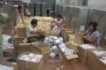 Sejumlah anggota tim sukses dari salah satu caleg mencocokkan data dengan KPU di kantor KPU Sukoharjo, Sabtu (19/4/2014).(JIBI/Solopos/Iskandar)