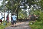 Para warga melakukan kerja bhakti memecah batu pegunungan berukuran besar yang longsor menutup akses jalan ke permukiman penduduk dan arena peluncuran olahraga gantole di Desa Sendang, Kecamatan Wonogiri, Minggu (6/4/2014). (Bony Eko Wicaksono/JIBI/Solopos)