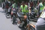 Polisi menaikkan sepeda motor blombongan yang disita dari simpatisan partai di kawasan Klaten Kota, Sabtu (5/4/2014). Total, di hari terakhir kampanye kemarin polisi menyita lebih dari 165 kendaraan blombongan dari simpatisan. (Shoqib Angriawan/JIBI/Solopos)
