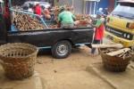 Pedagang menurunkan ketela di Pasar Telo Jogja (Harian Jogja/Mediani Dyah Natalia)