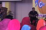 """Pemerhati anak, Hasto Daryanto (kiri) menyampaikan materi dalam acara Seminar Dahsyat Solopos Ceria bertema """"Cara Mendidik Kreatif Anak Usia Dini"""" di Graha Soloraya, Solo, Jawa Tengah, Sabtu (17/5/2014). (Eni Widiastuti/JIBI/Solopos)"""
