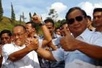 Ketua Umum Partai Golkar Aburizal Bakrie (kedua dari kiri) berjabat tangan dengan Ketua Dewan Pembina Partai Gerindra Prabowo Subianto (kanan) seusai pertemuan di kediaman Prabowo di Bojongkoneng, Babakanmadang, Bogor, Jawa Barat, Senin (5/5/2014) lalu. Pertemuan Aburizal Bakrie dan Prabowo Subianto tersebut membicarakan kemungkinan koalisi Partai Golkar dan Partai Gerindra dalam Pemilu Presiden dan Wakil Presiden (Pilpres) 2014. (JIBI/Solopos/Antara/Jafkhairi)