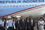 Presiden Susilo Bambang Yudhoyono (keenam dari kanan) bersama Ibu Negara Ani Yudhoyono (kedua dari kanan), yang didampingi Menko Polhukam Djoko Suyanto (kedelapan dari kanan), Menko Kesra Agung Laksono (keempat dari kanan), Seskab Dipo Alam (kelima dari kanan), Menko Perekonomian Hatta Rajasa (ketujuh dari kanan) dan Ketua Komite Ekonomi Nasional Chairul Tanjung (keempat dari kiri) berjalan meninggalkan Pesawat Kepresidenan yang mendarat di Bandara Internasional Halim Perdanakusumah, Jakarta Timur, Senin (12/5/2014). Presiden SBY beserta delegasi tiba kembali di Tanah Air seusai melakukan kunjungan kerja menghadiri Konferensi Tingkat Tinggi ke-24 ASEAN Tahun 2014 di Nay Pyi Taw, Myanmar. (JIBI/Solopos/Antara/Widodo S. Jusuf)