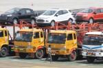 Petugas mengecek sejumlah kendaraan roda empat yang akan diekspor ke pelbagai negara di Pelabuhan Tanjung Priok, Jakarta, Selasa (13/5/2014). Gabungan Industri Kendaraan Bermotor Indonesia (Gaikindo) mencatat pada bulan lalu terjual 106.900 unit kendaraan bermotor dari Indonesia, atau anjlok 5,5% dari 113.077 unit pada bulan Maret 2014. Tiga merek dengan penjualan terbanyak adalah Toyota, Daihatsu, dan Suzuki yang masing-masing berkontribusi 36,8%, 14,7%, dan 12,9%. (Rahmatullah/JIBI/Bisnis)