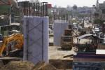 Pekerja mengerjakan pembangunan fly over Palur, Jaten, Karanganyar, Jawa Tengah, Jumat (30/5/2014). Pembangunan yang ditargertkan selesai pada pertengahan tahun 2015 tersebut masih terkendala pembebasan lahan. (Ardiansyah Indra Kumala/JIBI/Solopos)