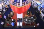 Pengunjung mengamati mesin industri yang dipamerkan dalam pameran Inamarine 2014 di Jakarta International Expo, Kemayoran, Jakarta, Selasa (13/5/2014). Pameran yang diikuti lebih dari 400 perusahaan perkapalan dari 25 negara dari negara-negara Asia, Afrika, Amerika Serikat, Australia, Eropa, dan Indonesia tersebut digelar sejak Selasa (13/5/2014) hingga Kamis (15/5/2014) medatang. (Abdullah Azzam/JIBI/Bisnis)