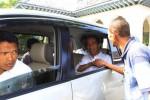 Calon presiden (capres) PDI Perjuangan Joko Widodo alias Jokowi bersalaman dengan warga saat meninggalkan Rumah Dinas Wali Kota Solo Loji Gandrung, Solo, Jawa Tengah, Kamis (15/5/2014). Jokowi selanjutnya melanjutkan perjalanannya untuk menemui para kader PDI Perjuangan di sejumlah wilayah Jawa Tengah. (Septian Ade Mahendra/JIBI/Solopos)