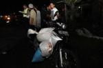 Polisi meminta informasi dari para saksi mata terkait insiden tabrak lari yang menewaskan pengendara sepeda motor berpelat nomor AD 3466 NT di Jl Ahmad Yani, ruas depan Rumah Sakit Ortopedi dr Soeharso, Pabelan, Kartasura, Sukoharjo, Selasa (27/5/2014) malam. Korban berjenis kelamin laki-laki yang merupakan warga Wonosari, Klaten tersebut tewas terlindas bus yang sedang melintas. (Ardiansyah Indra Kumala/JIBI/Solopos)