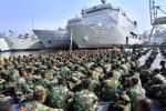 Para prajurit TNI bersiap mengkuti apel kesiapan Latihan Gabungan TNI di Lapangan Kolinlamil Tanjung Priok, Jakarta, Minggu (25/5/2014). Latihan gabungan atau latgab itu diikuti 15.108 personel TNI yang terdiri atas 1.172 personel latihan pos komando dan 13.936 personel latihan lapangan. Mereka bakal menampilkan seluruh kemampuan tempur prajurit TNI beserta alat utama sistem persenjataan (alutsista) yang dimiliki TNI. Kendati ribuan prajurit itu mengawali latihan dengan berkumpul di Jakarta, puncak latihan akan dijadwalkan berlangsung di Situbondo, Jawa Timur. (JIBI/Solopos/Antara/Yudhi Mahatma)